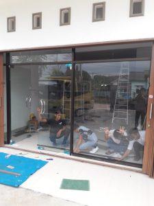 pemasangan pintu kaca